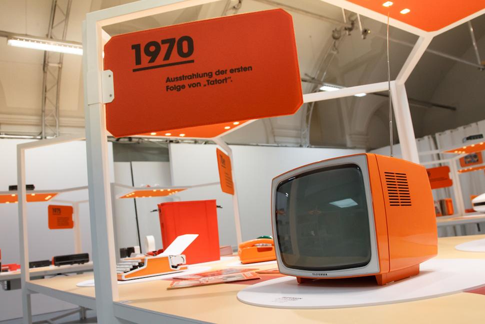 오렌지색 타자기는 올림피아(OLYMPIA) 사의 '트래블러 딜럭스(Traveller Deluxe)' 휴대용 타자기, 1970-71년 독일 생산. Photo: ⓒ Jana Madzigon