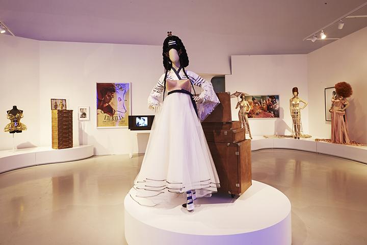 '살롱(Salon)'에서는 그의 영감의 원천을 볼 수 있으며 한복을 재해석, 원뿔 브라와 조합한 작품도 설치돼 있다.(사진제공: 현대카드 홍보팀)