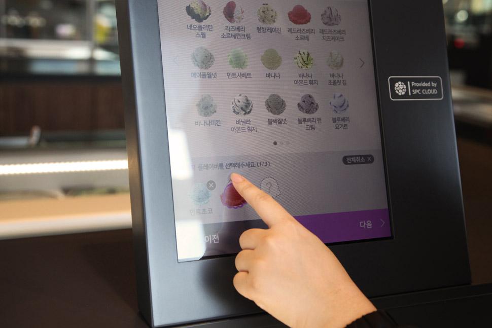 셀프 주문이 가능한 미니 키오스크, 디지털 메뉴보드 등이 공간의 편의성을 더한다.