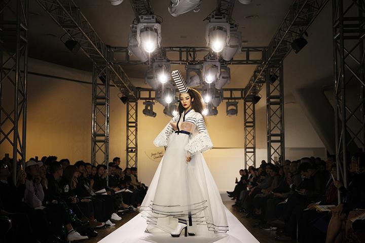 다른 나라에서 열린 전시와 달리 이번 전시는 오프닝 패션쇼도 함께 진행됐다. 마린룩, 프랑스, 웨딩드레스의 세 개 컬렉션을 선보였다.(사진제공: 현대카드 홍보팀)