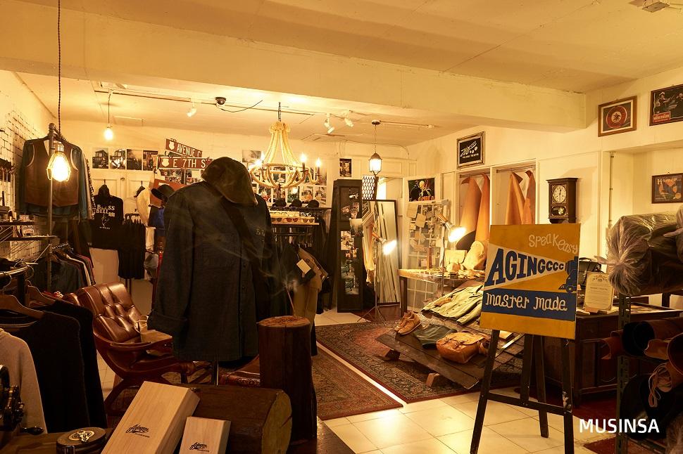 작업장 바로 옆에는 에이징씨씨씨가 운영하는 <스피크이지숍>이 자리하고 있다. 에이징씨씨씨의 제품은 물론 전세계에서 찾아낸 '세컨핸즈' 아이템을 판매하고 있다.