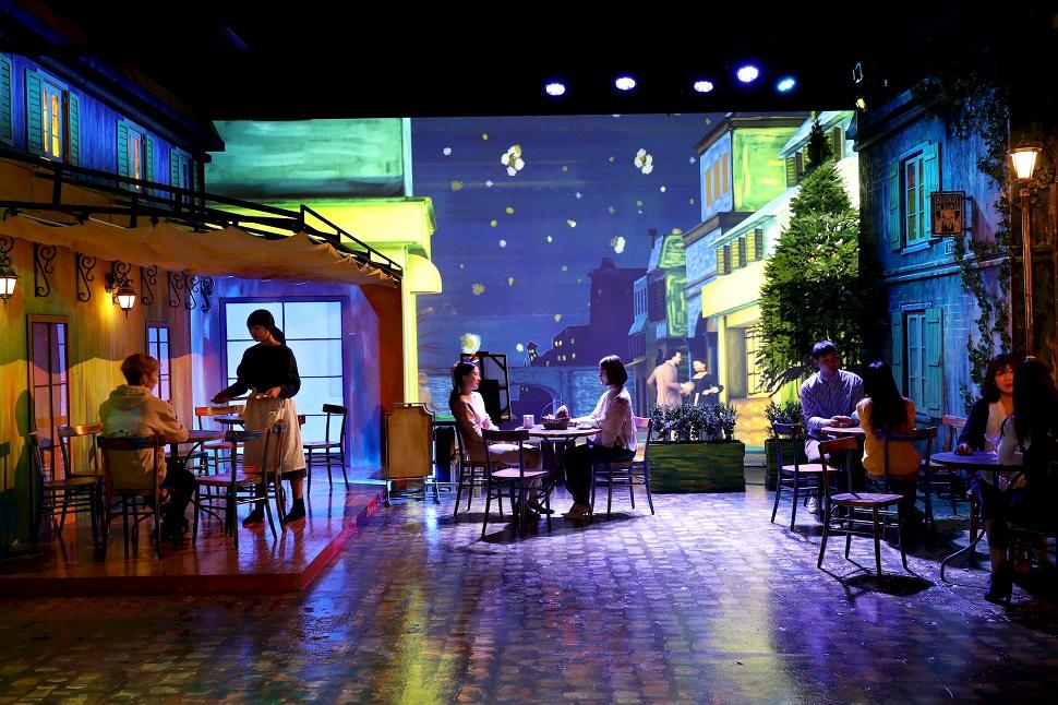라뜰리에 속 포름 광장에는 반 고흐의 <밤의 카페 테라스>가 구현돼 있어, 간단한 디저트와 음료를 즐길 수 있다.