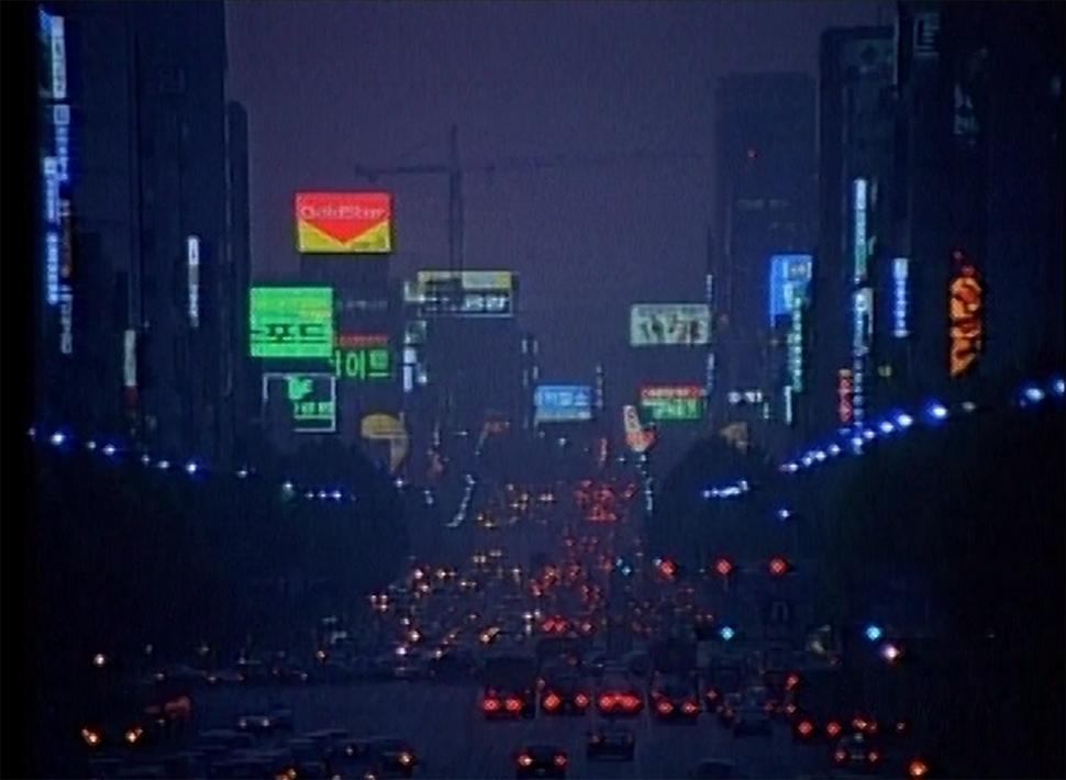 이재용, '한 도시 이야기', 2채널 비디오, 2016. 영화 〈여배우들〉, 〈죽여주는 여자〉를 연출한 이재용 감독이 1990년대 서울의 모습을 찍은 다큐멘터리. 1994년 서울의 모습을 있는 그대로 볼 수 있는 귀중한 작품이다.