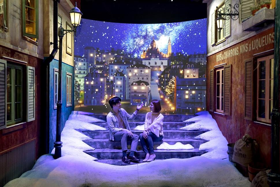 몽마르뜨 거리. 다른 공간보다 실내 온도가 낮은 편이고, (인공이지만) 눈도 내린다.
