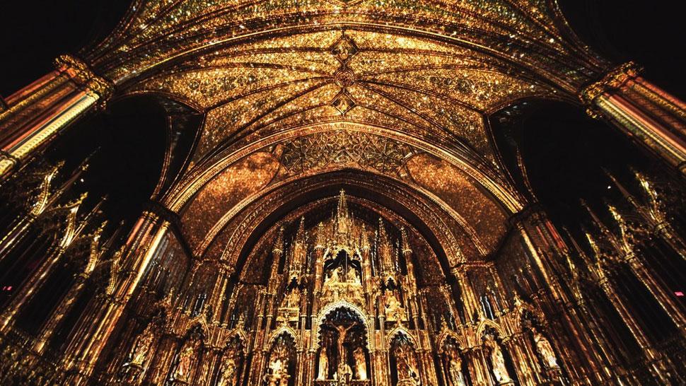 성당의 화려함을 더 극대화해서 보여주는 아우라 프로젝트. ©Moment Factory
