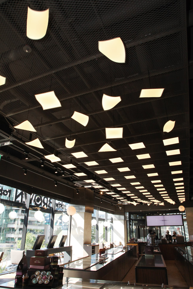 LG디스플레이의 OLED 조명이 공간에 세련되면서도 감각적인 느낌을 부여하고 있다. 상업 시설에 OLED 조명을 선보인 사례는 배스킨라빈스 브라운이 처음이다.