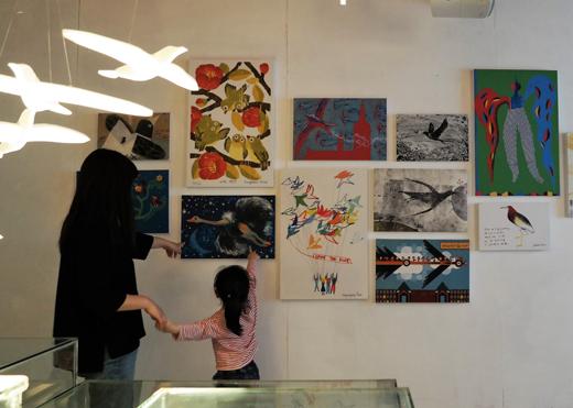 일러스트로 희망을 전하는 'MIGRATIONS(마이그레이션스): 희망의 날갯짓, 더 나은 세상으로'전이 남이섬 내 평화랑 갤러리에서 열리고 있다.(사진제공: 남이섬교육문화그룹)