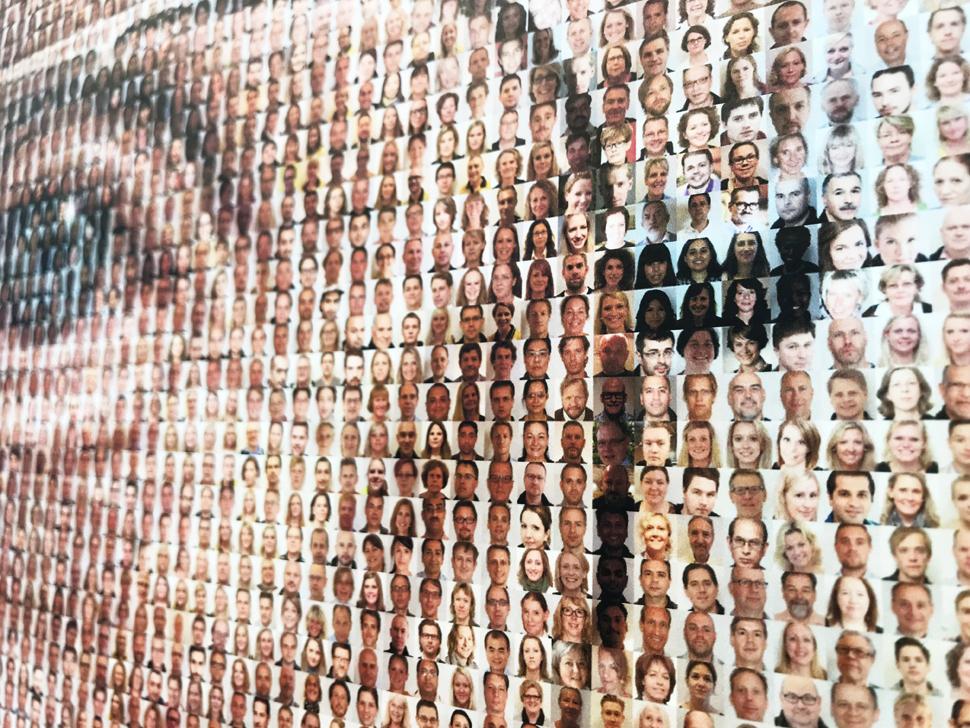 얼마 전 타계한 이케아의 창업자 잉바로 캄프라드(Ingvar Kamprad). 그의 사진을 임직원의 얼굴이 모자이크 방식으로 채우고 있다.