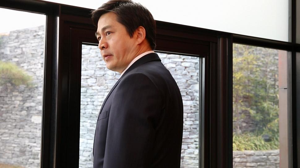 백현주(Heaven Baek), 성북구 성북동(스틸컷), HD 단채널 비디오, 프로젝션 설치, 20분 23초, 2014 한국 사회에 존재하는 사회 계층과 집단, 보이지 않는 사회적 경계를 위트 있게 꼬집어 냈다.