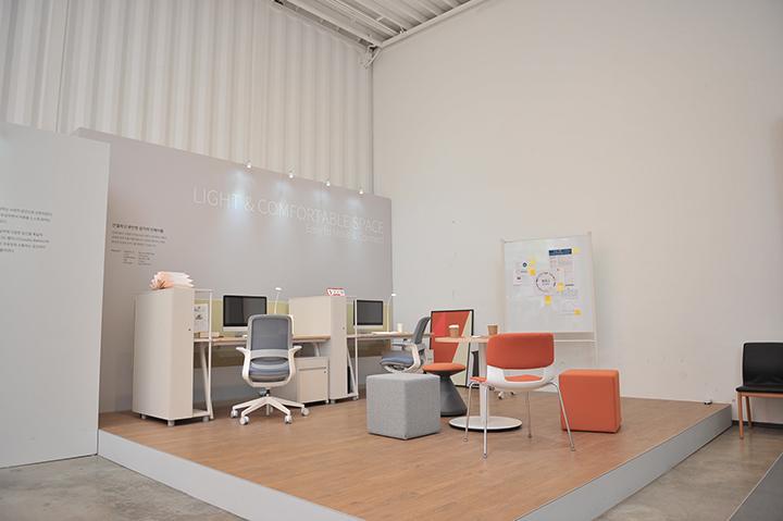 인에이블(enAble) & 인라이트(enLite) 시리즈는 디지털 기기의 활발한 사용에 따른 편안한 업무공간을 제시한다.