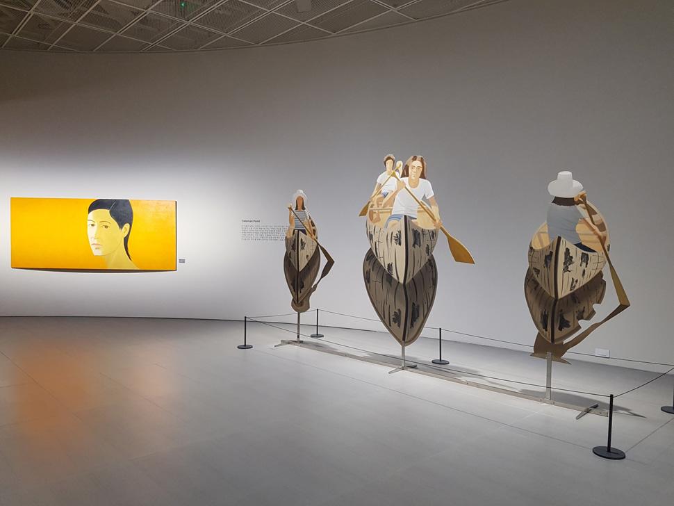 전시장 전경. 우측에 보이는 입체 작품이 알렉스 카츠의 대표적인 컷아웃 작품이다.