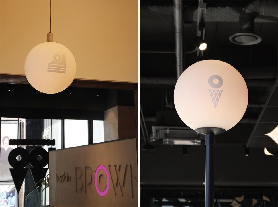 PINK BALL 볼라드 조명을 통해 디저트, 커피, 아이스크림의 각 존을 디자인 로고로 안내하고 있다.