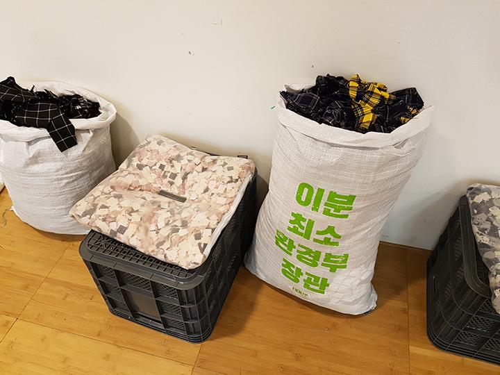 주제관 전시장에서는 마련된 휴식공간. 버려지는 재료로 만들어진 방석이다.