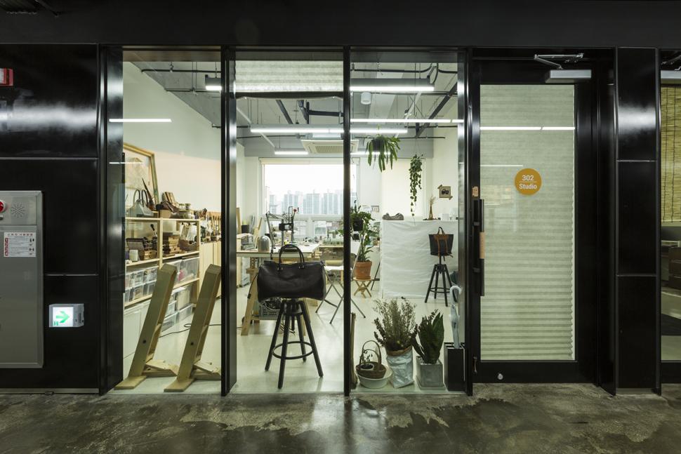 점포형 창업실. 공예가들의 작업실 겸 전시, 판매가 이루어지는 공간이다.