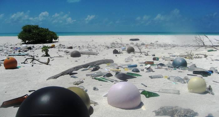 '바다로? (Out to Sea? The Plastic Garbage Project)' 플라스틱 쓰레기 프로젝트에 전시된 하와이 파파하나우모쿠아케아 국립해양국립공원 해변가에 널브러진 플라스틱 쓰레기. 2006년 © Paulo Maurin/NOAA.