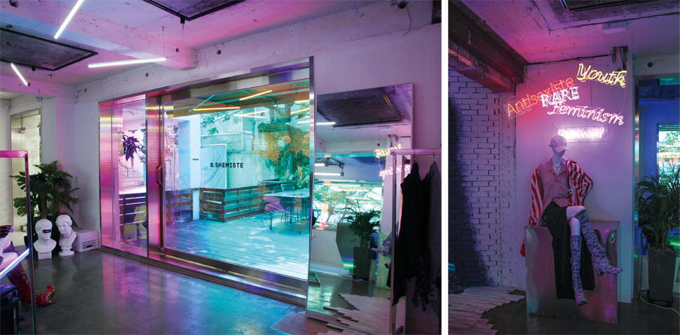 주택을 개조한 공간 내외부는 창에 입힌 하이드로닉 필름의 프리즘 효과가 나타나 독특한 분위기를 연출한다. / 알쉬미스트의 지난 컬렉션 키워드를 나타낸 네온사인