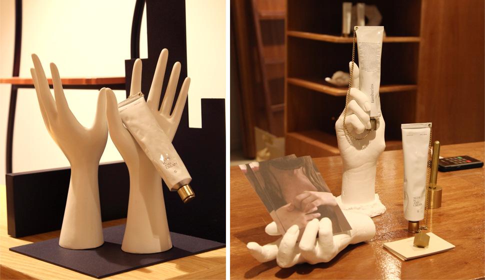 손 모양의 조형물에 탬버린즈의 핸드크림 제품을 디스플레이 하여 제품의 특성을 감각적으로 표현했다.
