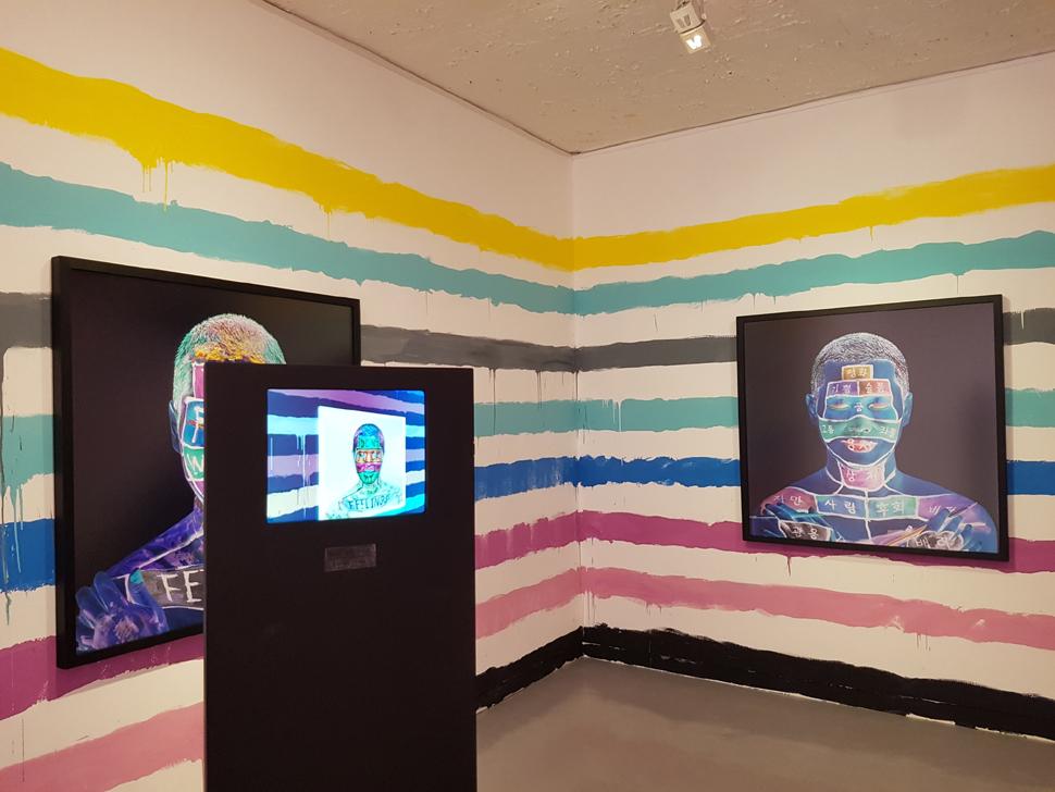사진작품과 설치 모니터로 반전된 색상을 보여주는 고상우 작가의 작품, 〈내성적인 사람〉과 〈더 나은 사람〉