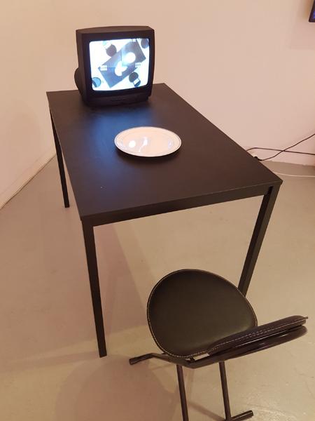 각 층에 설치된 한경우 작가의 작품, 〈가까운 만남〉, 감시카메라, TV, 가변크기, 2017