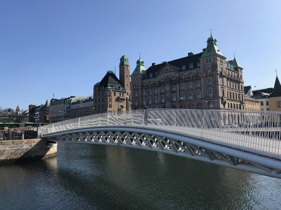 첨단의 유선형 다리 뒤편으로 역사적 의미를 간직한 건물들이 자연스럽게 어우러지는 다운타운