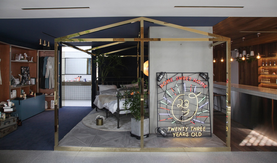 골드 프레임을 활용한 집형태의 디자인과 '23years old' 브랜드를 상징하는 네온사인이 공간에 활기를 불어 넣고 있다.