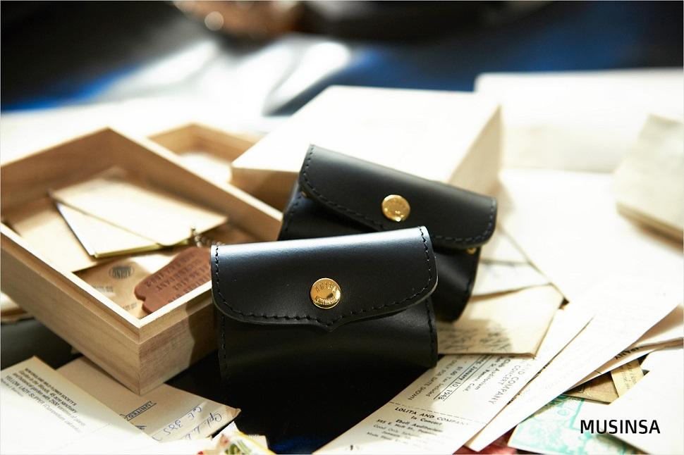 완성된 카드지갑의 모습. 다른 가죽 아이템도 같은 방식으로 만들어진다.