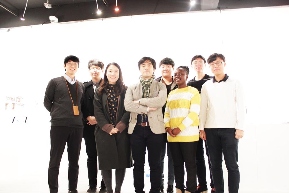 울산과학기술원 디자인-공학 융합대학원 1년 학생들과 김진성 지도교수(가운데)