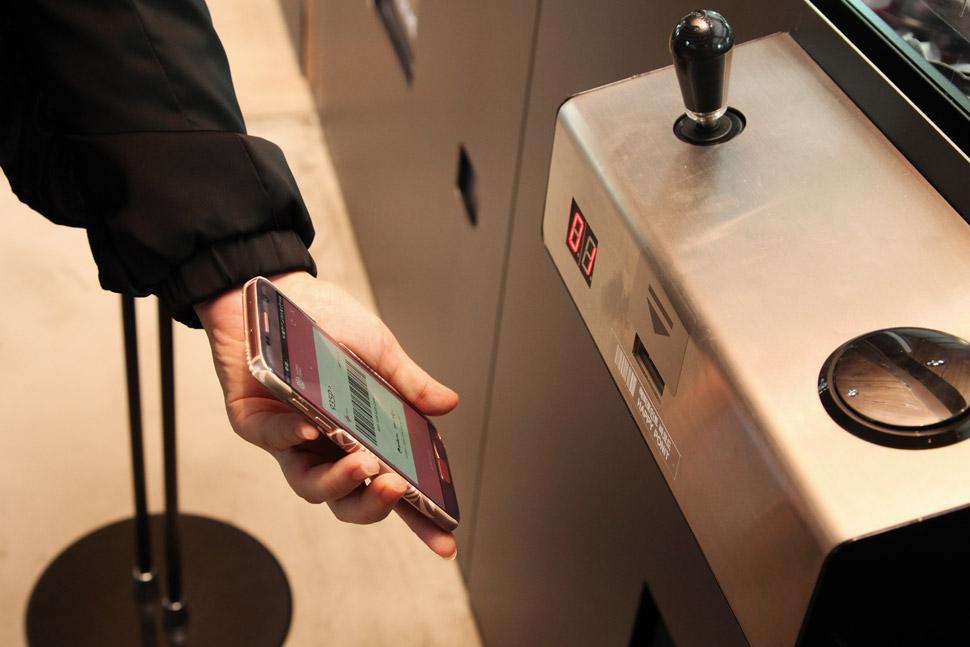 해피포인트 바코드 리딩을 통해 크레인머신을 하루 한 번 조작할 수 있다. 한정판 핑크스푼, USB 선풍기, 파티용품 등의 선물이 들어있다.