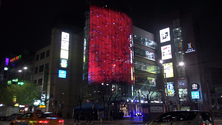건국대학교 서은파 학생이 22일 명보아트홀에서 개최된 제1회 명보 미디어파사드 아트 페스티벌&대학생 아티스트 공모전에서 최우수상을 수상했다.(사진제공: 건국대학교)