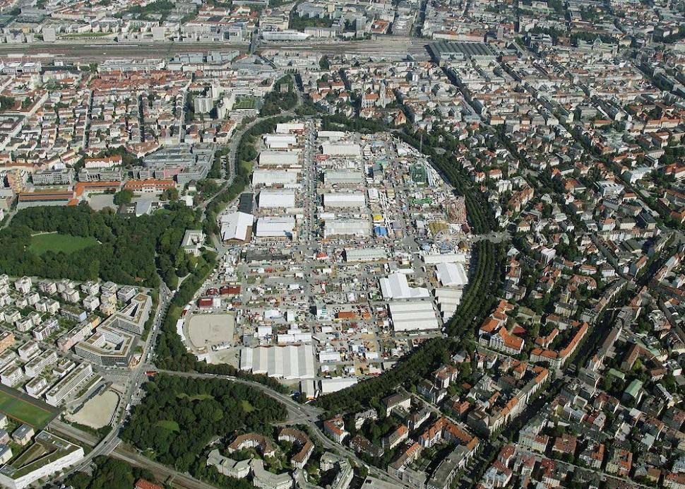 독일 뮌헨의 '비즌' 잔디 공원에서 2~3주 동안 열렸다가 철거되는 연례 옥토버페스트 © 2012 picture alliance / Mario Siegemund.