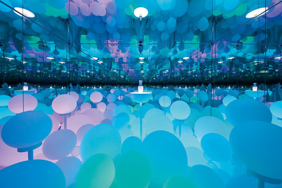 미러룸은 방 전체가 거울로 둘러싸인 공간으로, 이 공간에 들어서면 볼륨 브라이트닝을 의미하는 구 조명들이 빛난다. 또한 조명의 색이 끊임없이 변화하고, 잔잔한 음악과 함께 향기를 맡아볼 수 있다.