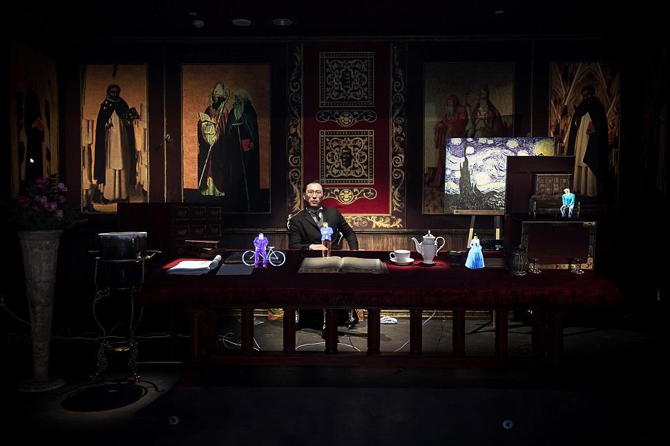 에밀 졸라의 서재(명작 X-FILE). 홀로그램으로 구현된 캐릭터가 등장해 에밀 졸라와 함께 반 고흐 죽음의 미스터리를 관객과 대화하며 풀어나간다.