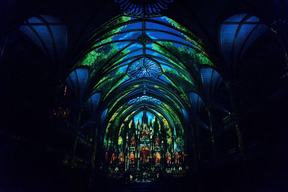 실제 프로젝션 맵핑을 적용한 결과. 모멘트팩토리는 성당 내부의 색채 팔레트를 고려하고, 이를 더 풍부하게 보일 수 있도록 했다. ©Moment Factory