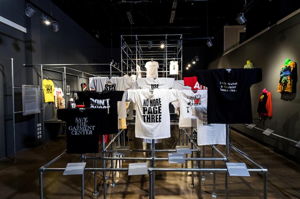 20세기부터 대중화된 기초 의복이자 패션 아이템 티셔츠는 본래 사회적 성향, 록 음악 취향, 정치적 구호를 표현하는 커뮤니케이션 수단 역할을 해오며 패션 디자인 혁신을 과시할 수 있는 창조적 수단으로 받아들여지고 있다. 전시회가 열리고 있는 영국 패션직물박물관 주 전시장 광경. © Fashion and Textile Museum.
