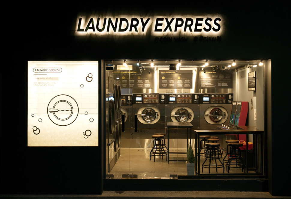 구로MJ점은 외관 쇼윈도에 세탁기 모양의 시트를 부착하고, 내부에 투명한 볼을 넣어 세제 거품처럼 보이도록 재밌게 연출했다. 내부는 세탁기의 메탈 소재를 전체적으로 사용해 통일감을 부여했다.