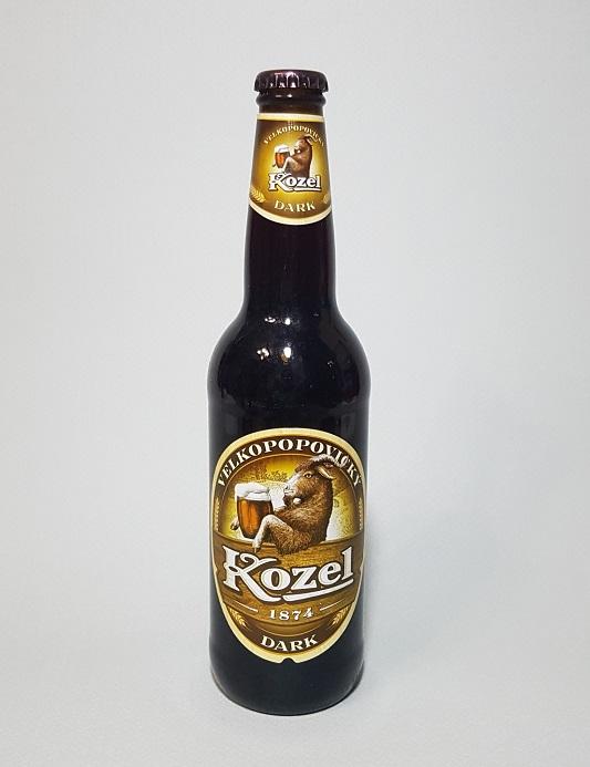 체코 맥주 벨코포포빅키 코젤 다크(VELKOPOPOVICKY Kozel DARK). 'Kozel'은 숫염소라는 뜻으로 라벨에서도 'Kozel'이라고 적힌 나무 판자 위로 염소가 커다란 맥주잔을 들고 있다.