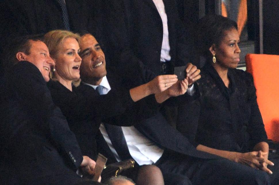 넬슨 만델라 남아프리카 공화국 대통령의 영결식장에서 셀피를 찍고 있는 오바마 전 미국 대통령.