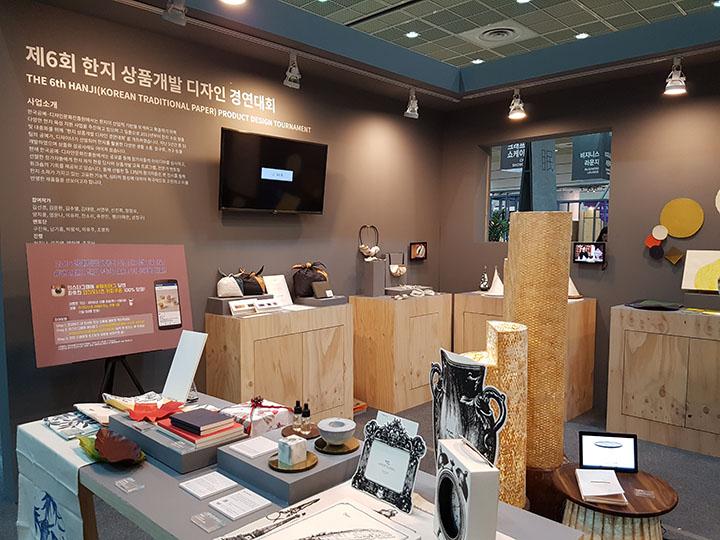 제6회 한지 상품개발 디자인 경연대회 결과전에서는 한지로 제작된 다양한 공예품들을 선보인다.