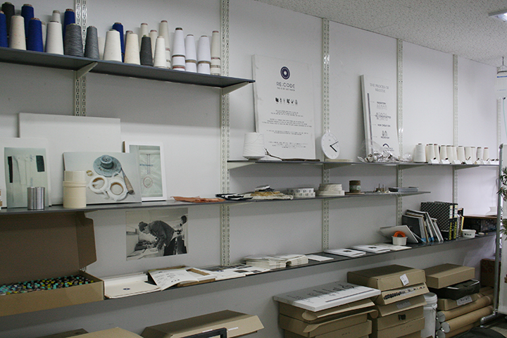 래코드 안양작업실에는 래코드의 브랜드 콘셉트를 비롯해 디자인에 사용되는 각종 소재를 볼 수 있다.