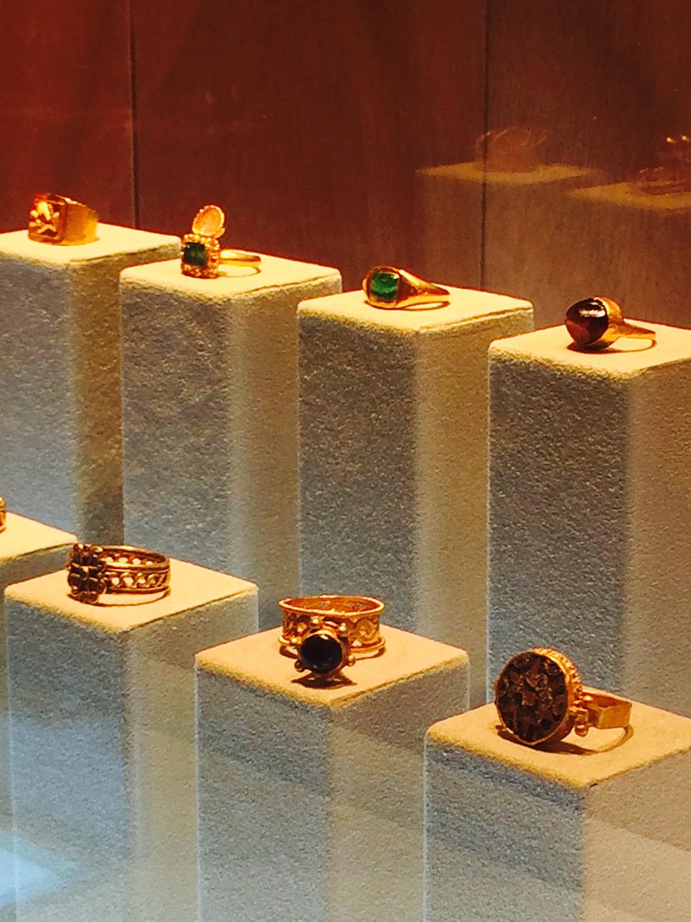 로마 비잔틴 시대의 반지들은 구매하게 되면 사이즈에 맞게 세공도 가능하다.