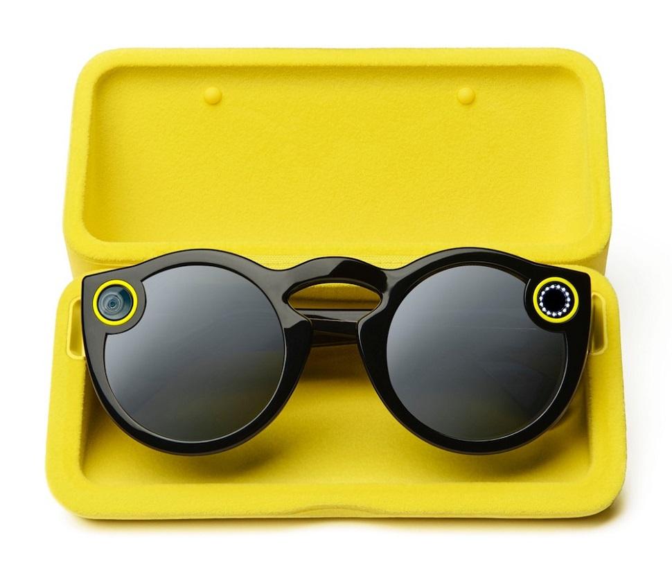 스냅챗(Snapchat) 소셜 네트워크 플랫폼이 개발하여 작년 연말부터 미국에서 출시하기 시작한 스냅챗 전용 스마트 안경. 10초 분량 비디오 촬영을 하여 스냅챗에 업로드 할 수 있다. 아직 기능은 단순하지만 패셔너블한 선글라스 룩으로 소비자들의 취향에 쉽게 어필했다고 평가된다. Courtesy: Snap Inc.