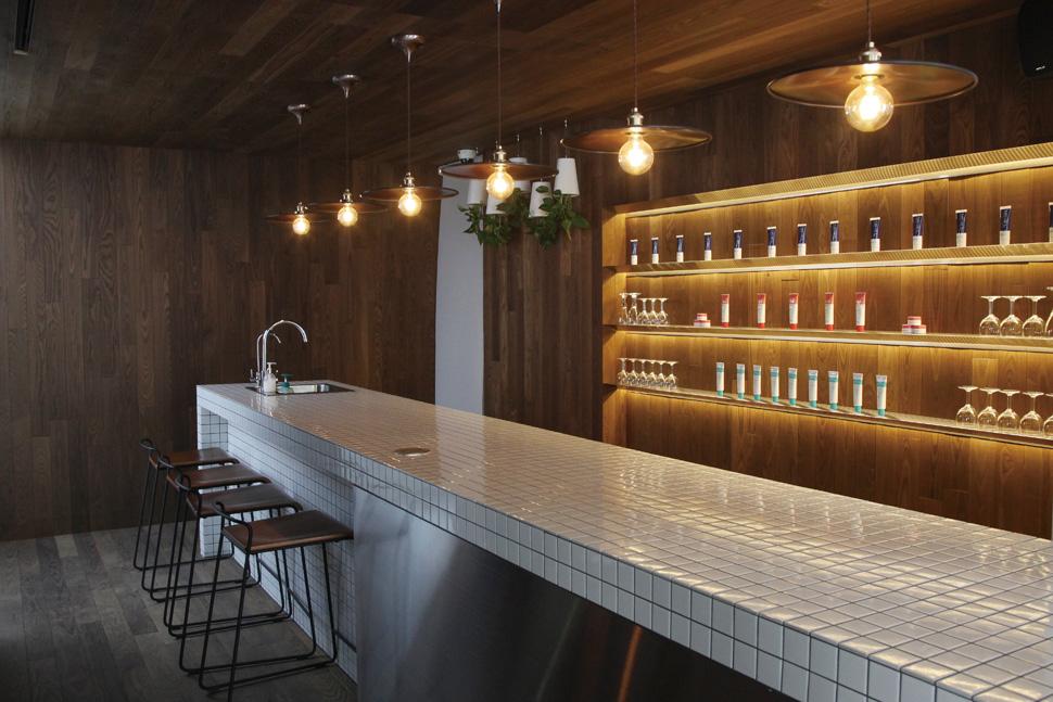 아일랜드 키친과 바스툴로 부엌의 이미지를 강조했다. 고객 서비스가 진행되는 공간으로, 스텝들이 고객들과 친숙하게 대화할 수 있도록 꾸몄다.