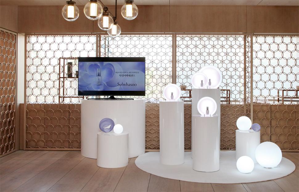 브라이트닝 존에서는 자정미백에센스의 제품 영상을 볼 수 있다. 또한 설화수의 대표 브라이트닝 제품인 자정미백에센스·상백크림·퍼펙팅쿠션 브라이트닝 제품을 사용해 볼 수있다.