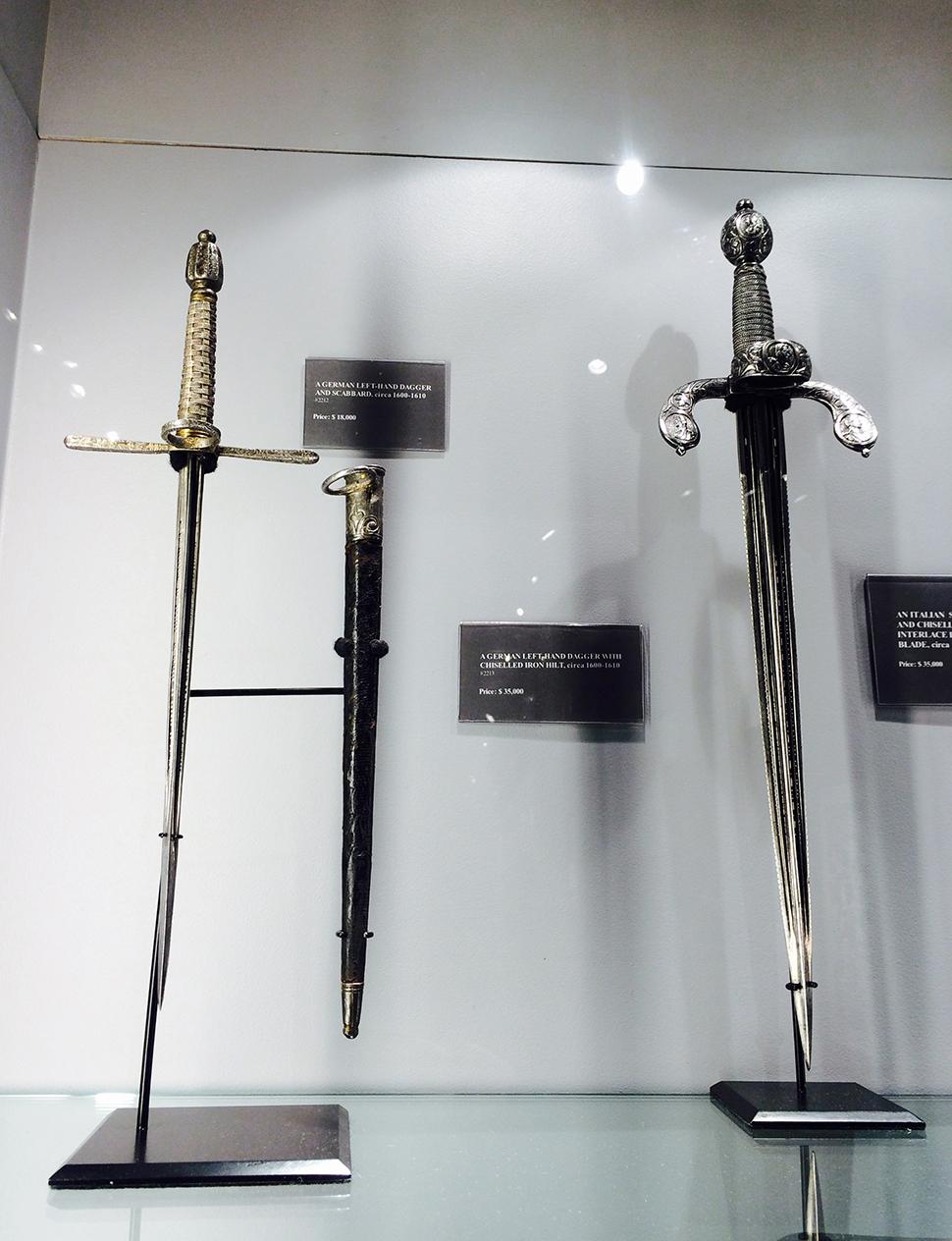 가격은 자그마치 $530,000. 우리 돈으로 6억 원에 호가하는 로마시대 세공 검들.