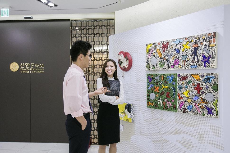 신한PWM도곡센터에 마련된 작가미술장터에서 고객들이 여유롭게 작품을 감상하고 있다. (사진제공: 신한은행)