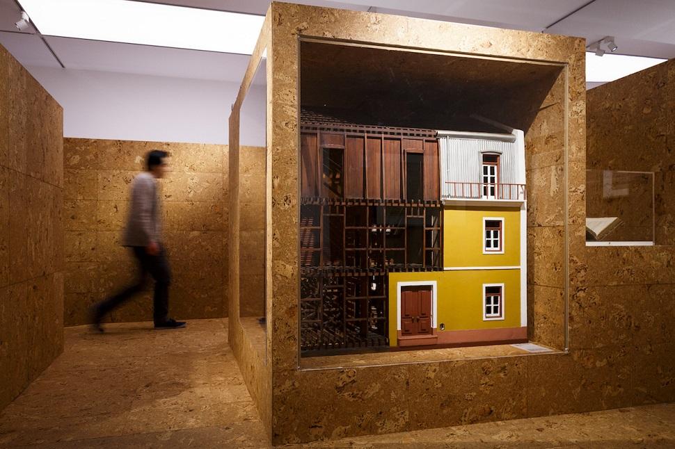 영국 런던에 있는 영국왕립건축가협회(RIBA)에서 자연재해 방지와 공동체 건설에 대한 건축가들의 주의를 환기시키기 위해 기획된 전시회 '재난으로부터 창조(Creation from Catastrophe)' 중 내진 설계가 응용된 건물 모습. Courtesy: Royal Institute of British Architects. Photo: Tristan Fewings.