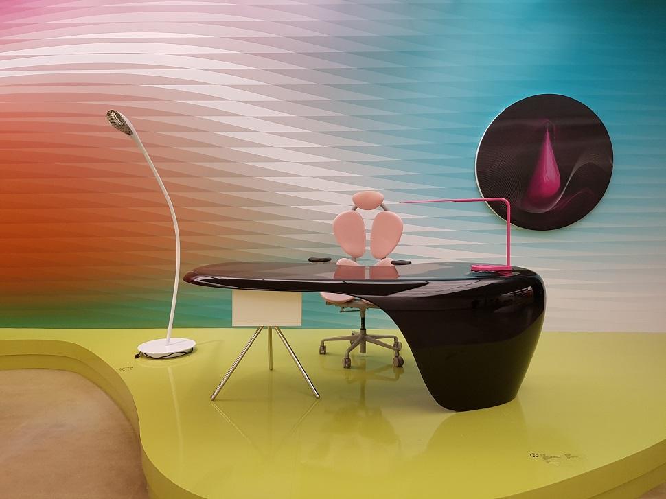 카림 라시드가 디자인한 우노 책상. 카림 라시드도 자신의 스튜디오에서 똑같은 책상을 사용한다고 한다.